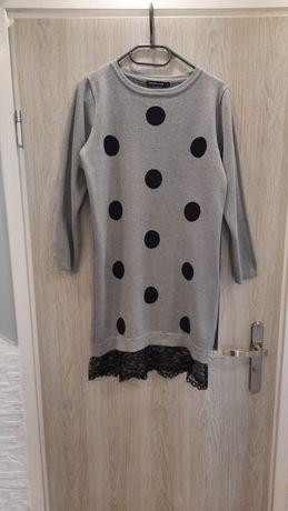 Sukienka z wystającą halką