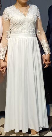 Biała suknia z długim ozdobnym rękawem