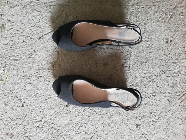 Buty czarne sandałki na koturnie 38