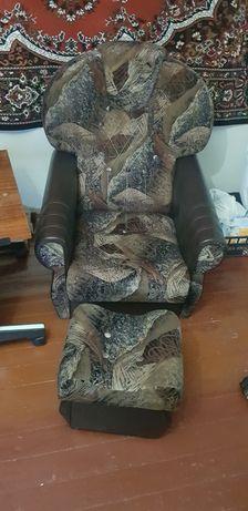 Продам 2 кресла и два пуфика