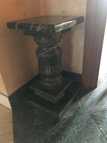 Kolumna z marmuru na rzezbę lub kwiaty.