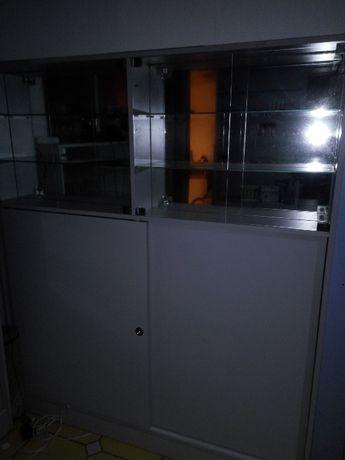 witryna ze szklanymi półkami plus paski led