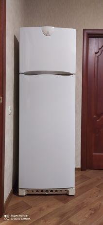 Продам холодильник Indesit.