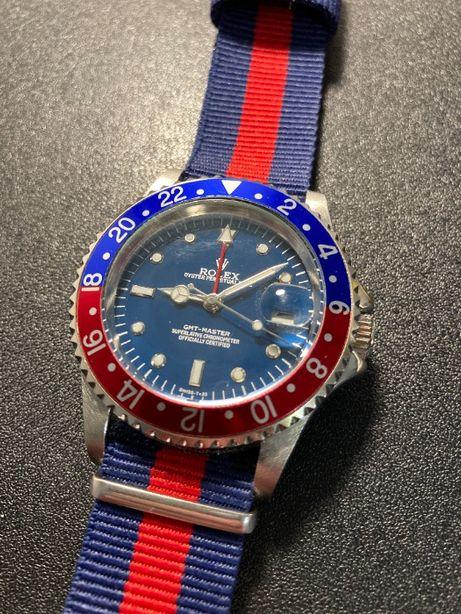 Mechaniczny zegarek w kolorach granatowo czerwonym ze paskiem nato