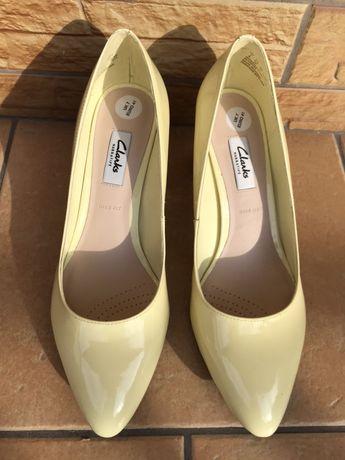 Żółte lakierowane buty czółenka od Clarks w roz 41