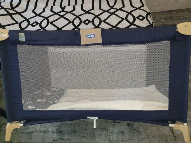 Firmowe łóżeczko turystyczne dla dziecka