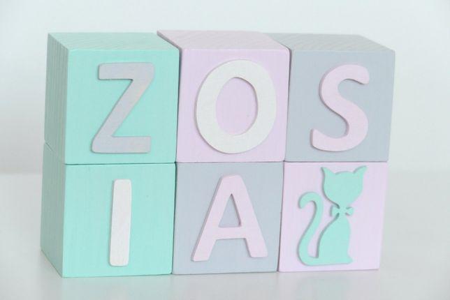 Klocki drewniane z imieniem - kostki z literami i dekorami 3D 8x8 cm.
