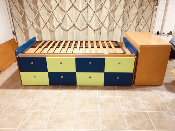 Cama com gavetas e móvel com arrumação
