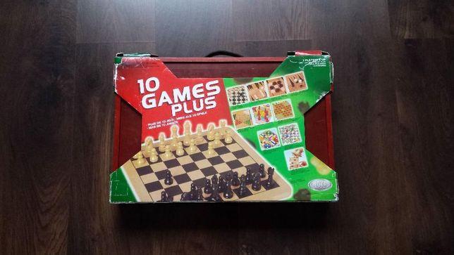 Zestaw gier planszowych w drewnianej walizce.