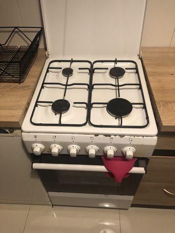 Kuchenka gazowa z piekarnikiem elektrycznym.