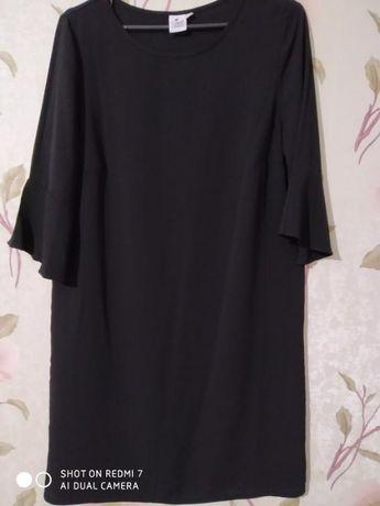 Черное прямое платье миди с рукавами волан М