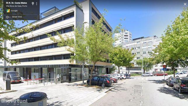 Loja moderna em prédio premium perto de escolas e serviços