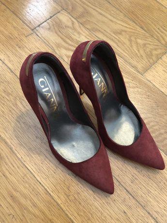 Vendo sapatos em pele da marca Gianna . Tamanho 38. NOVOS