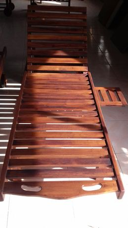 Espreguiçadeira com mesa incorporada em teka