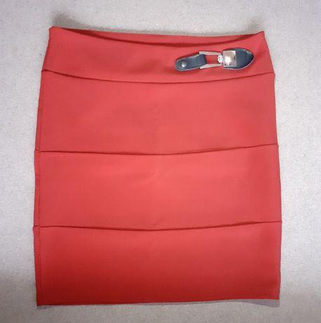 Saia vermelha com aplicação na cintura