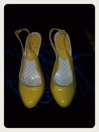 Туфли лаковые желтые с открытой пяткой