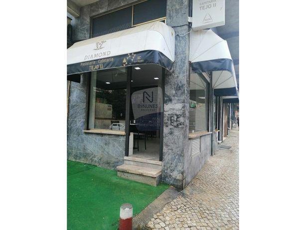 Trespasse Café-Pastelaria  situado numa das ruas principa...