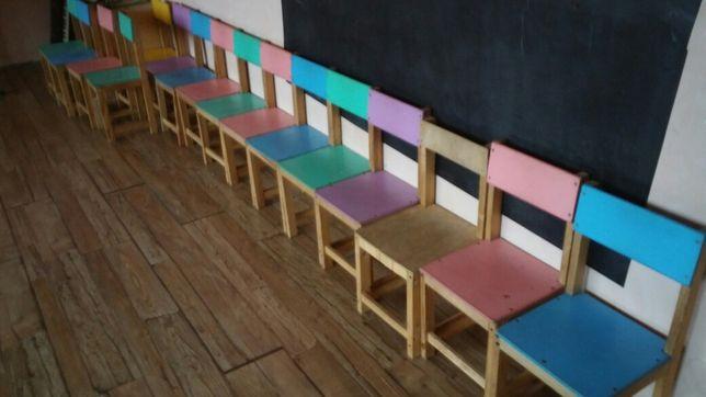 Детский стул. Есть 2 коричневых и 3 разноцветных