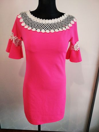 Różowa sukienka z haftem