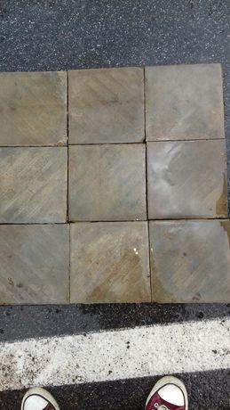 Stare plytki podlogowe cementowe 130 lat stare rozmiar 22x22  Mam 2.5m