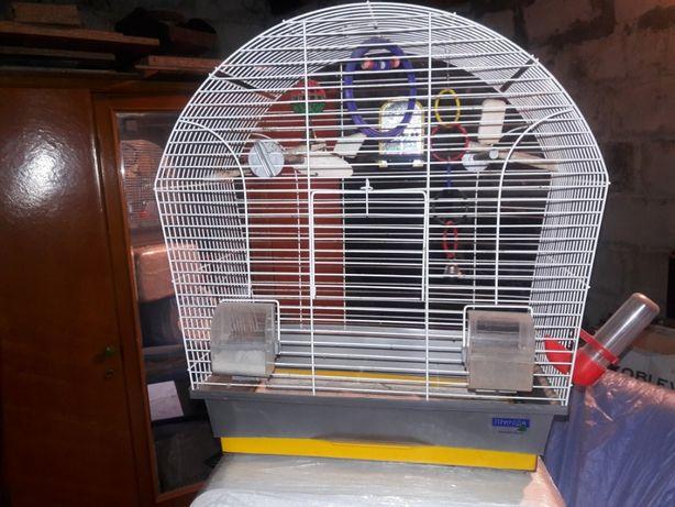Клетка для попугая с игрушками.