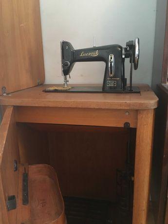 Starodawna maszyna łucznik z szafką