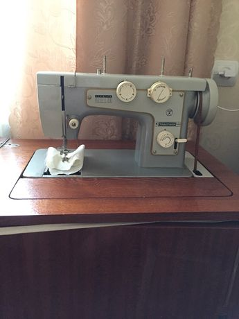 Швейная машинка Подольск , ножной механический привод, тумба.