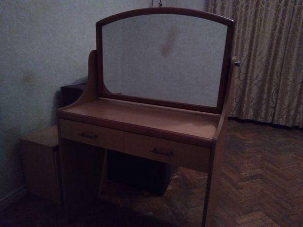 Парфюмерный столик с зеркалом