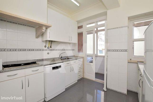 Apartamento T1, 68m2 de área bruta, 2 varandas, elevador, cozinha equi
