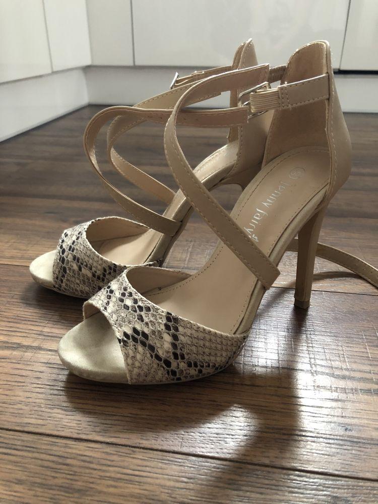 Sandałki beżowe z motywem węża rozmiar 35