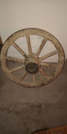 Старі колеса дерев'яні для воза