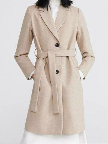 Beżowy płaszcz z paskiem Reserved 34