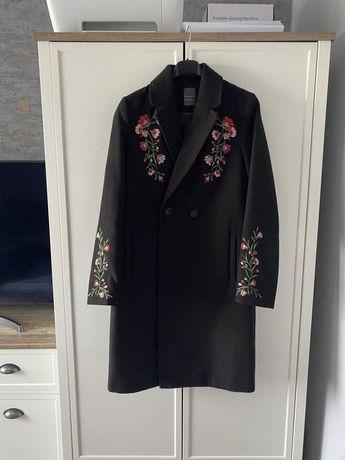 Czarny lekko taliowany płaszcz z kwiatami haft S Primark