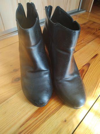 Buty czarne na koturnie 38