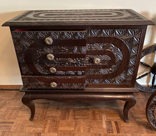 Móvel pequeno vintage e mesa cabeceira