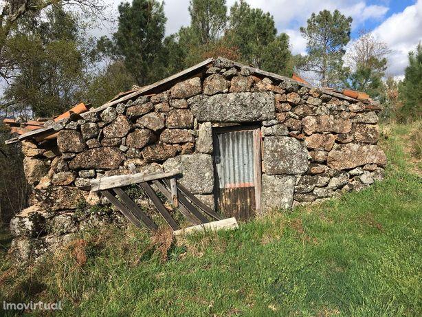 Quinta na zona do Gêres de 9600m2, com casa em pedra para restauro