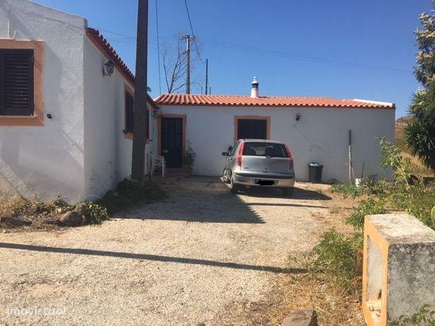 Casa com terreno situada em Pinheiro e Garrado/Silves.