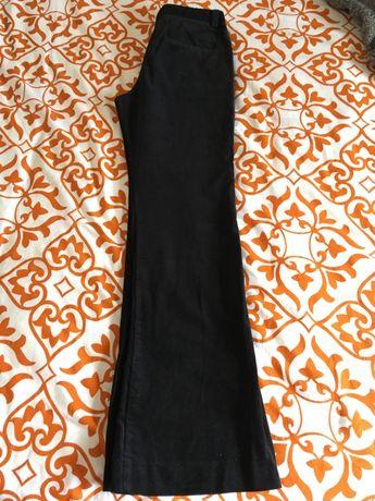 Calças pretas em bombazine da MANGO