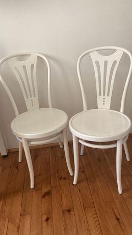 2 białe krzesła