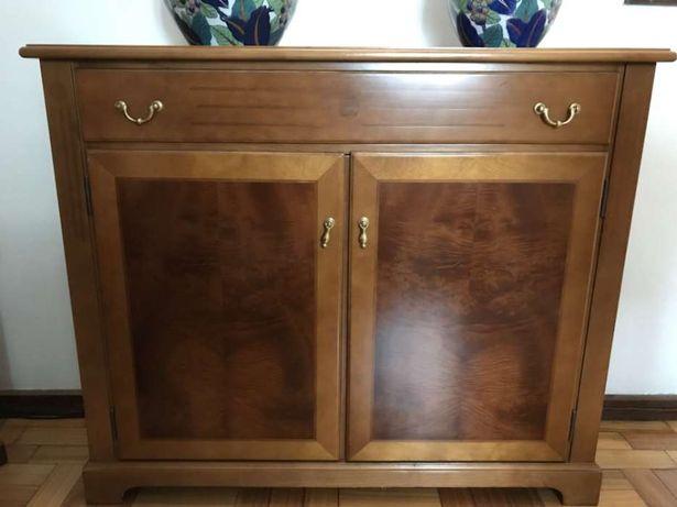 Móvel em madeira c gavetão e 2 portas