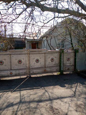 Продам будинок з присадибною ділянкою.