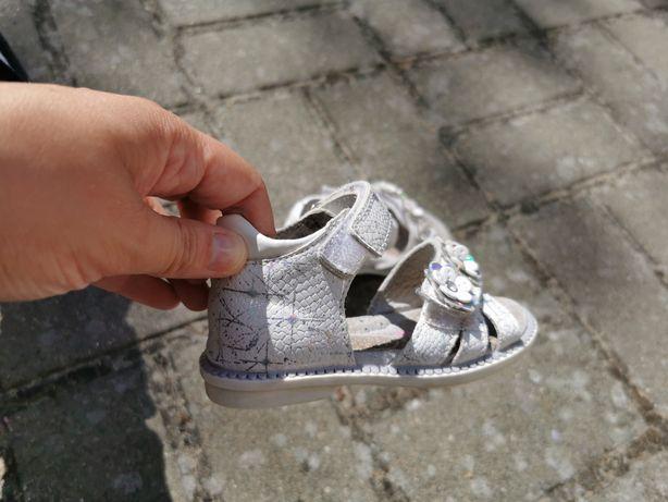 Sprzedam sandalki i adidaski dla dziewczynki