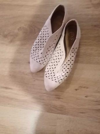 Na sprzedaż buty