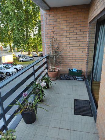 Apartamento T3 com garagem para duas viaturas próximo ao parque da cid
