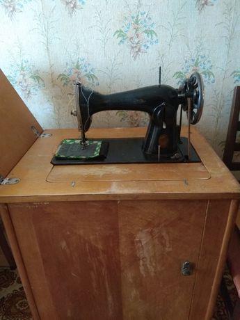 Швейная машина Подольского завода на тумбе