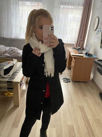 Klasyczny czarny wiosenny płaszcz