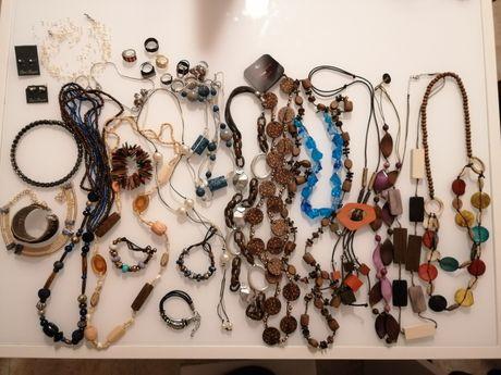 Colares, pulseiras, brincos e anéis