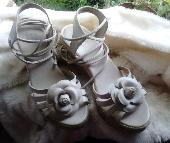 Sandały koturny, buty na koturnie wiązania beżowe kwiatki 36