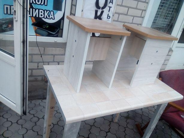 Стол 1 м новый и 2 табуретки