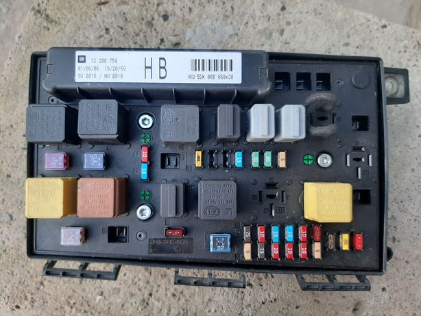 Блок предохранителей Opel Astra H, Zafira B бензин